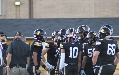 Quarterback Jaxon Dailey leading the huddle. Cayden Johnson photo.